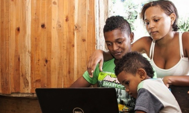 Biblioteca rural colombiana suple las necesidades de internet de niños campesinos
