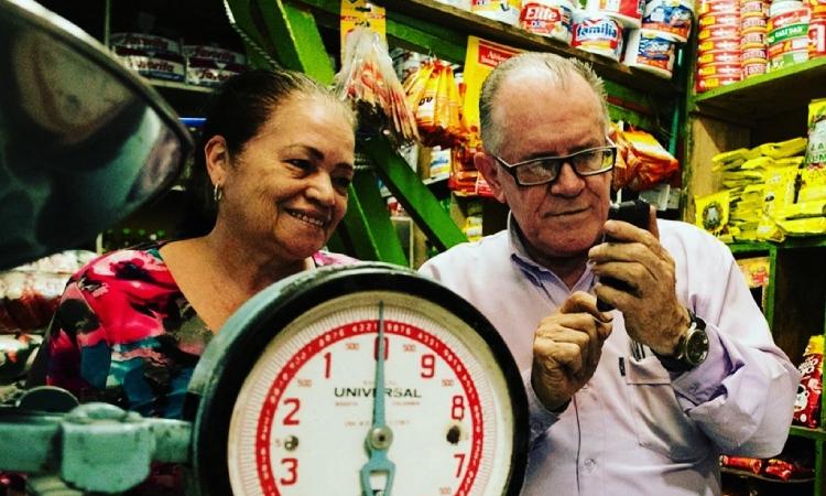 Adultos mayores sin internet tienen otra opción para conocer su turno de vacunación