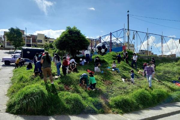 Francisco Vera y su movimiento sembraron 250 árboles para celebrar el Día de la Tierra