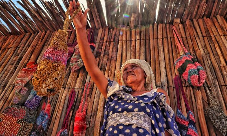 La comunidad Wayuu que teje con bolsas plásticas