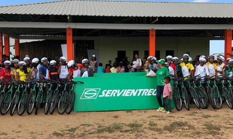 En La Guajira se entregaron bicicletas para que los niños puedan ir a sus colegios