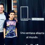 El cine móvil que alegra a los niños huérfanos de Bogotá