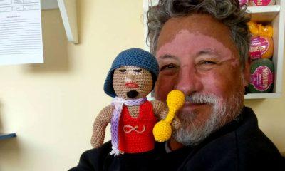 Hombre con vitíligio crea muñecas y genera consciencia sobre distintas enfermedades