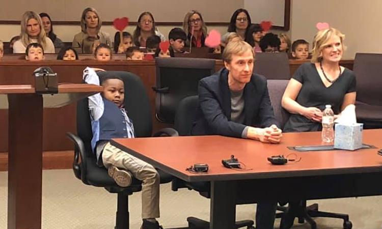 Niño de 5 años invitó a todos sus amigos para que lo apoyaran en la adopción La Nota Positiva