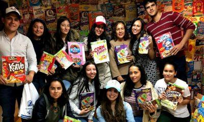 Jóvenes hacen y venden cuadernos reciclados para ayudar a niños sin recursos