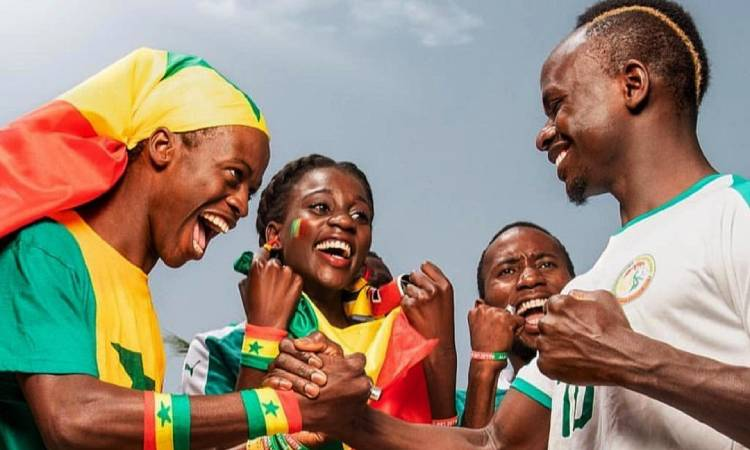 El futbolista que le tiene sueldo a las familias de su pueblo, ¡entre otras ayudas!