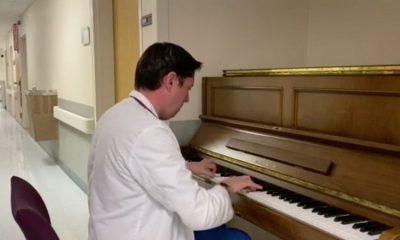 Un médico colombiano toca el piano como apoyo terapéutico para sus pacientes