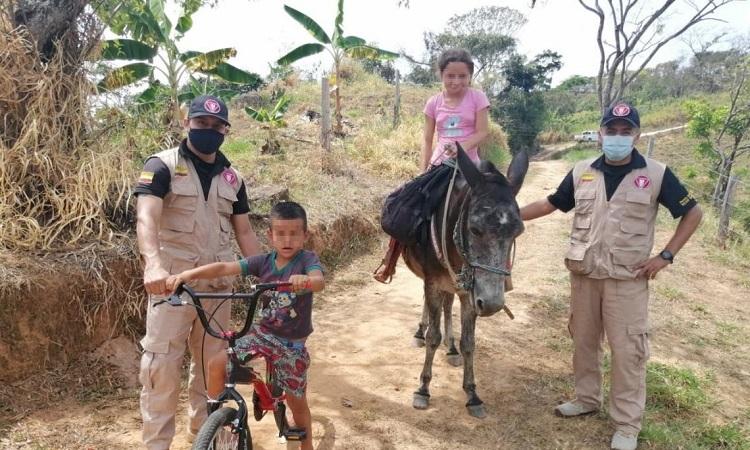 Con un gran regalo, soldados alegraron a niño que jugaba con una bicicleta sin llantas