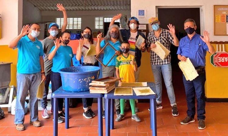 Premian iniciativa que usa residuos de hoja de piña para elaborar papel y artesanías