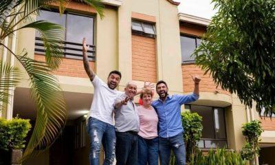 Youtubers le cumplen el sueño a sus padres de darles una casa propia