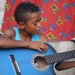 En Mompós, joven crea proyecto para que niños aprendan a leer y tocar un instrumento