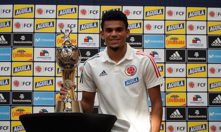 ¡Orgullo! Luis Díaz recibe el trofeo como goleador de la Copa América 2021